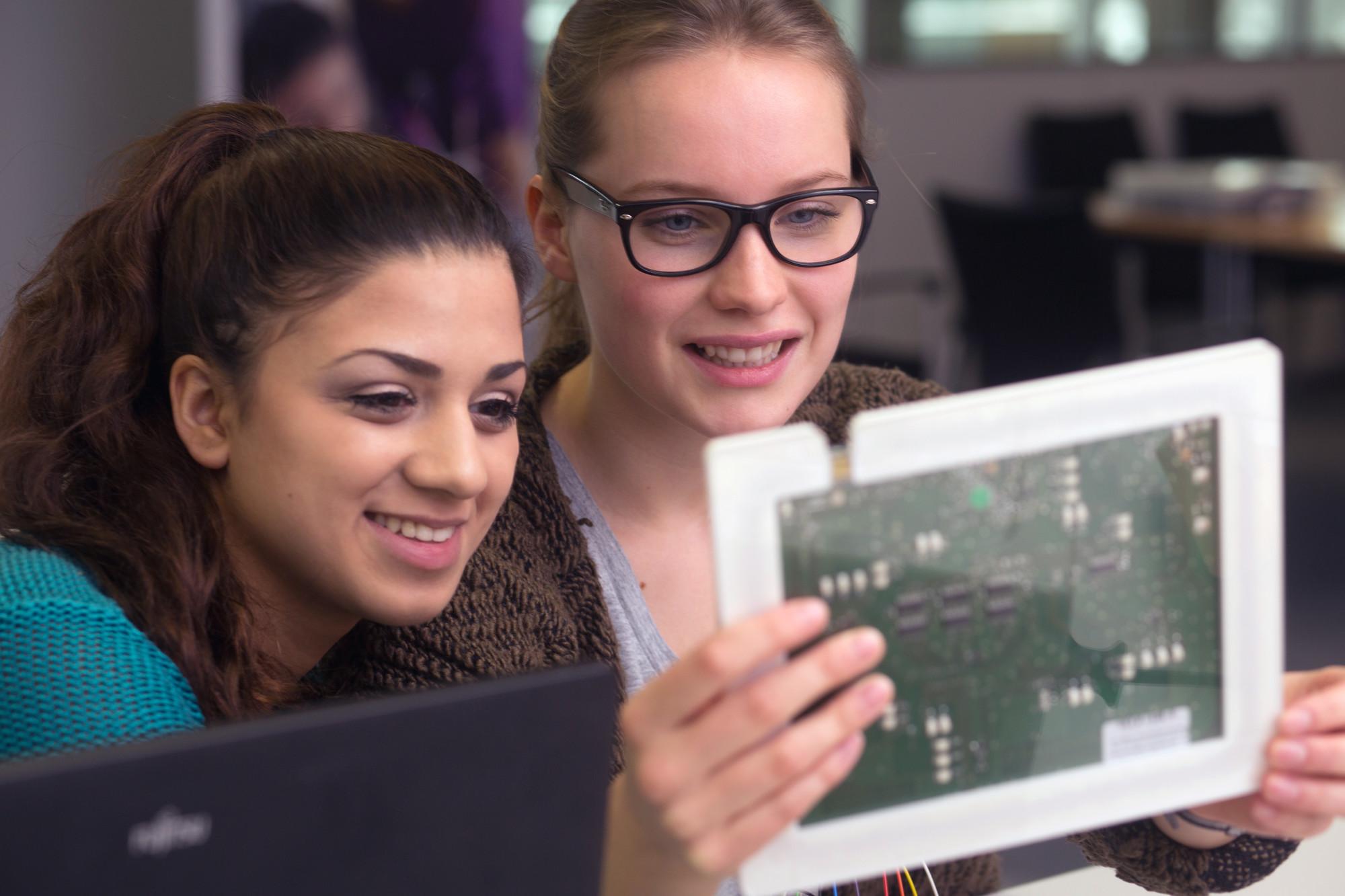 Zwei Schülerinnen mit einer Platine