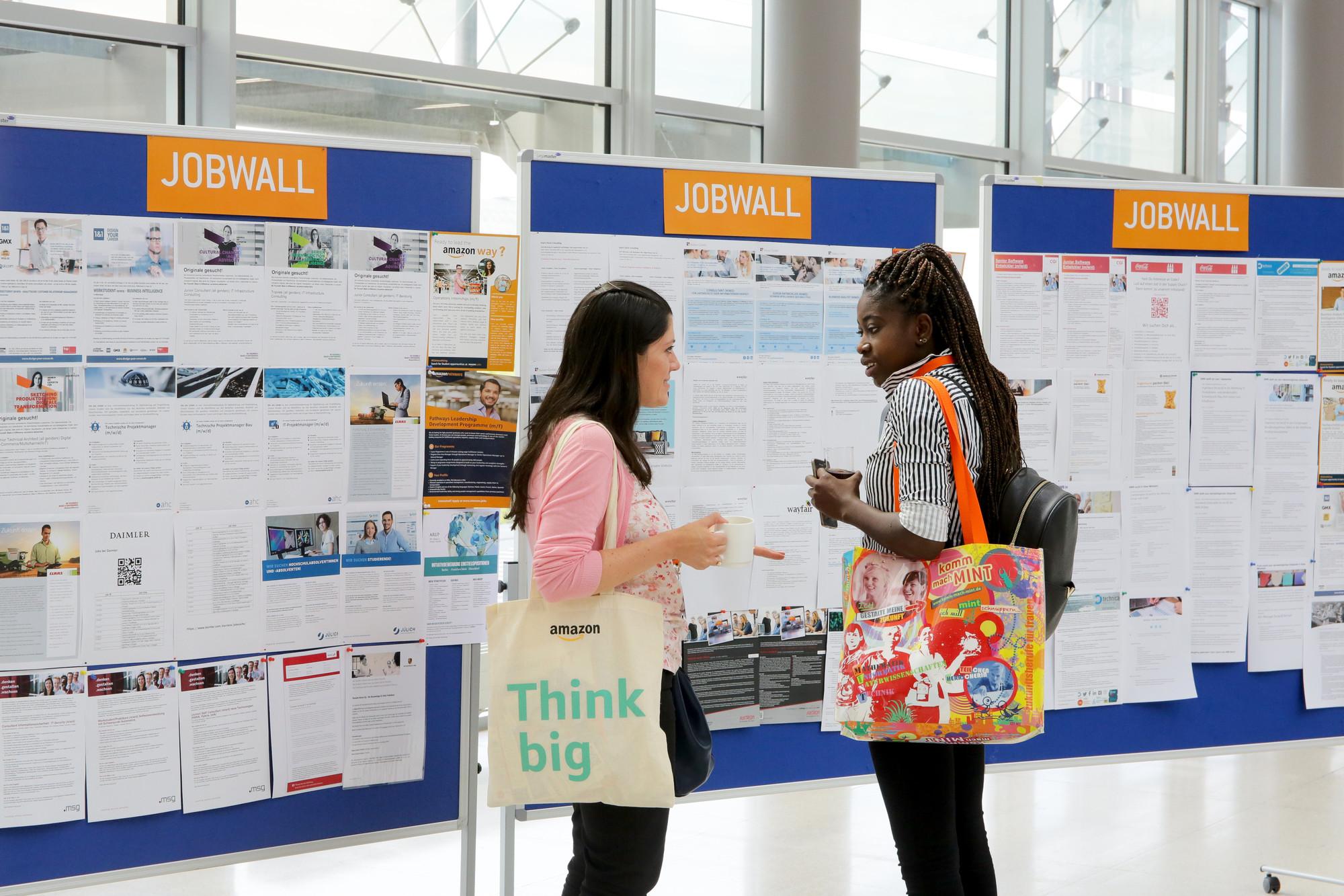 zwei Studentinnen unterhalten sich vor der Jobwall