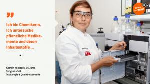 Kathrin bestückt ein HPLC-Analysesystem mit Proben