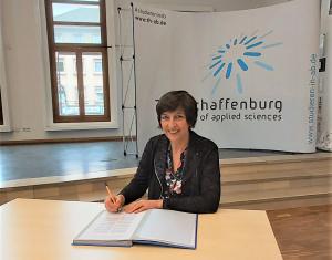 Prof. Dr. Eva-Maria Beck-Meuth unterzeichnet das Memorandum