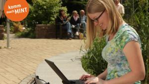 Studentin mit Laptop auf dem Schoß