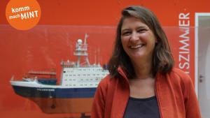 Wissenschaftlerin vor Bootsmodell